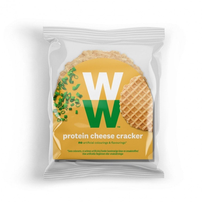 Een verpakking met 6 Proteïne kaas Crackers van WW met de smaak van kaas en bieslook