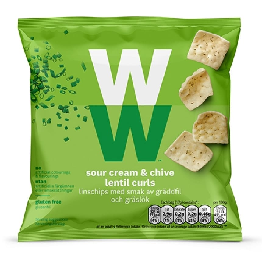 Een zak Sour Cream & Bieslook Chips van WW op basis van linzen met een zure room en bieslook smaak