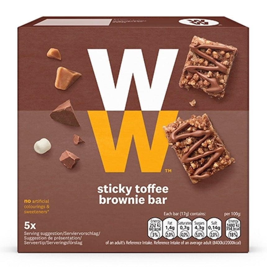 Een verpakking met 5 Sticky Toffee Brownie Bars van WW met karamel, stukjes chocolade en marshmallow